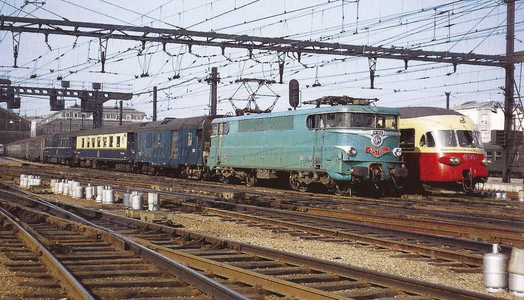 1 - Mistral et Cisalpin-Gare de Lyon (1968) BB9200+fourgon générateur+Pullman 4161+VR+Mistral.jpg