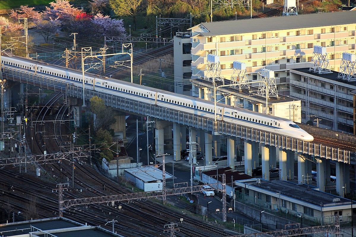 1200px-020_N700_Series_Shinkansen_新幹線_arriving_at_Kyoto_Station,_Japan.jpg
