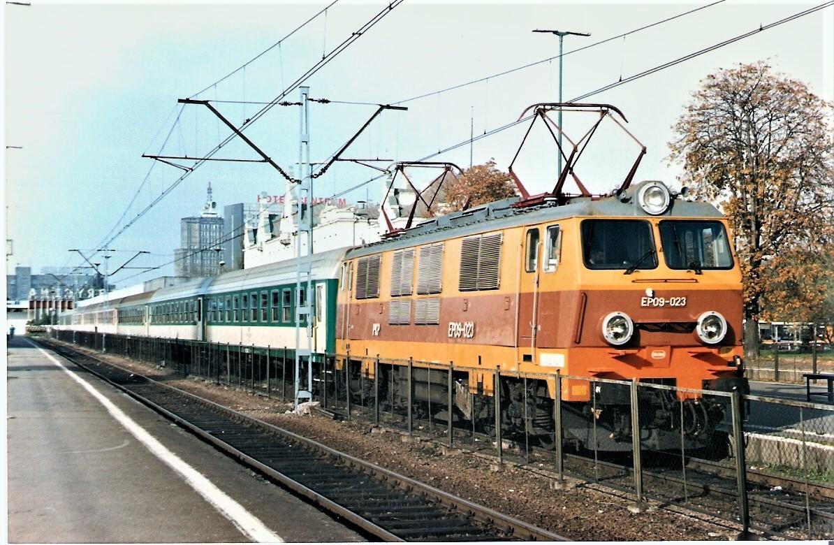 21.10.98 EP09-023 z porannym pociągiem do W-wy.jpg