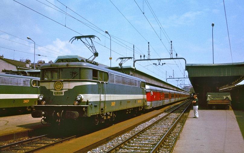 3 - TEE_Catalan_Talgo_at_Geneve-Cornavin,_1979.jpg