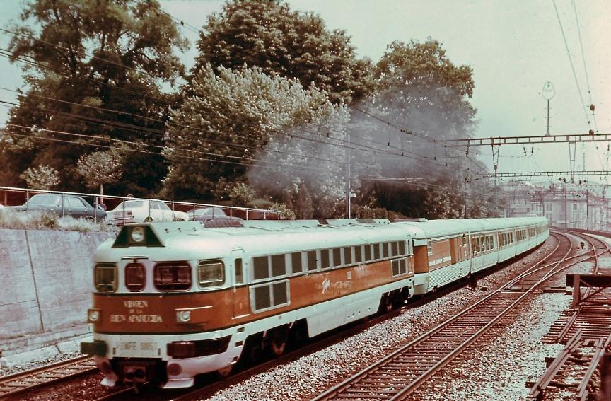 4 - Renfe train-tee-talgo-catalan-locomotive-diesel-de-la-renfe-au-depart-de-geneve.jpg