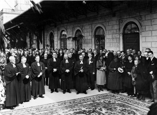 4a. Uczestnicy pogrzebu oczekujący na przyjazd pociągu z trumną Tadeusza Hołówki. 1.09.1931.jpg