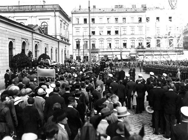 4b. Pogrzeb posła Tadeusza Hołówki w Warszawie. Przeniesienie trumny z dworca na karawan. 1...jpg