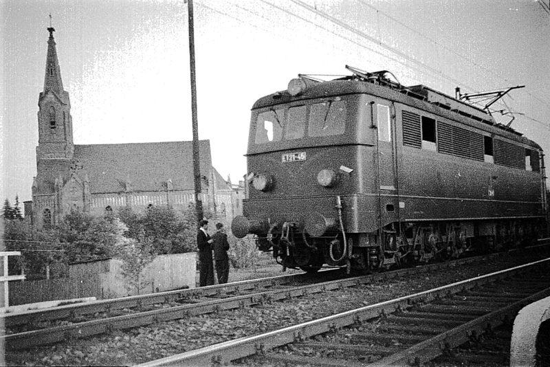 800px-Pierwsze_elektryczne_pociągi_w_Radomsku_(tuż_po_1957_r.).JPG