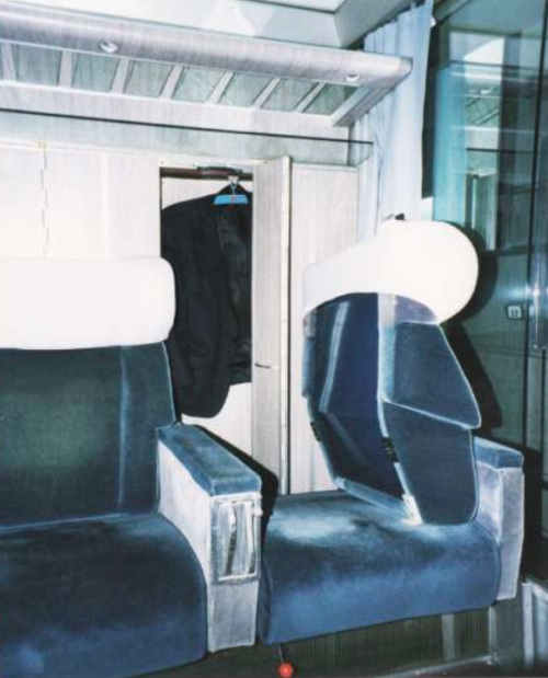 Accesso all'armadietto guardaroba ruotando lo schienale del sedile in una GC Bandiera a comp...jpg
