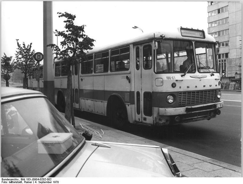 Bundesarchiv_Bild_183-J0904-0202-002,_Berlin,_Gelenkbus_Ikarus_180.jpg