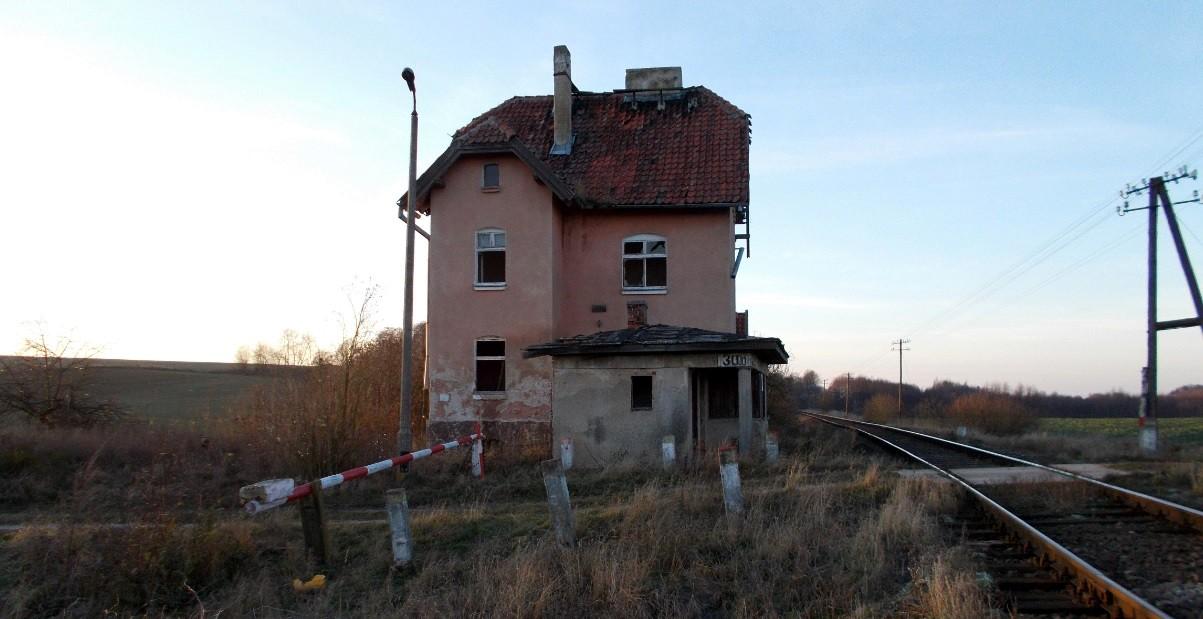 Bzowiec - opuszczona strażnica przejazdowa (przód).jpg