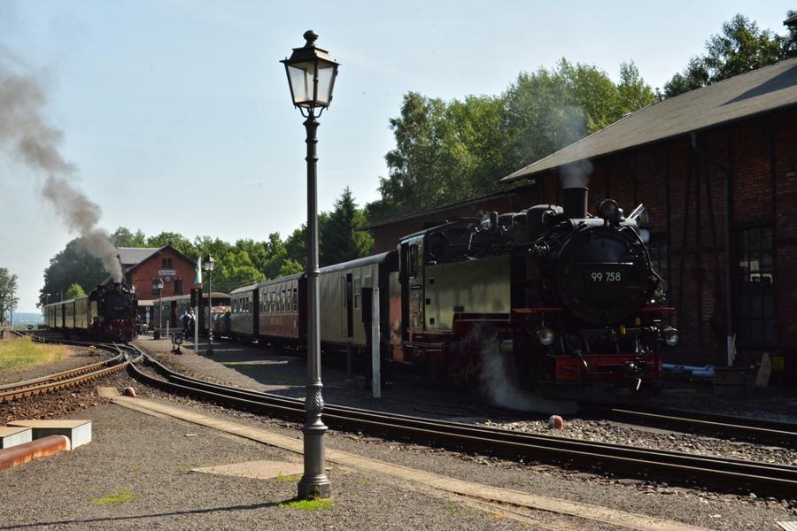 Codzienny klasyk w Bertsdorf z dwoma pociągami (1).JPG