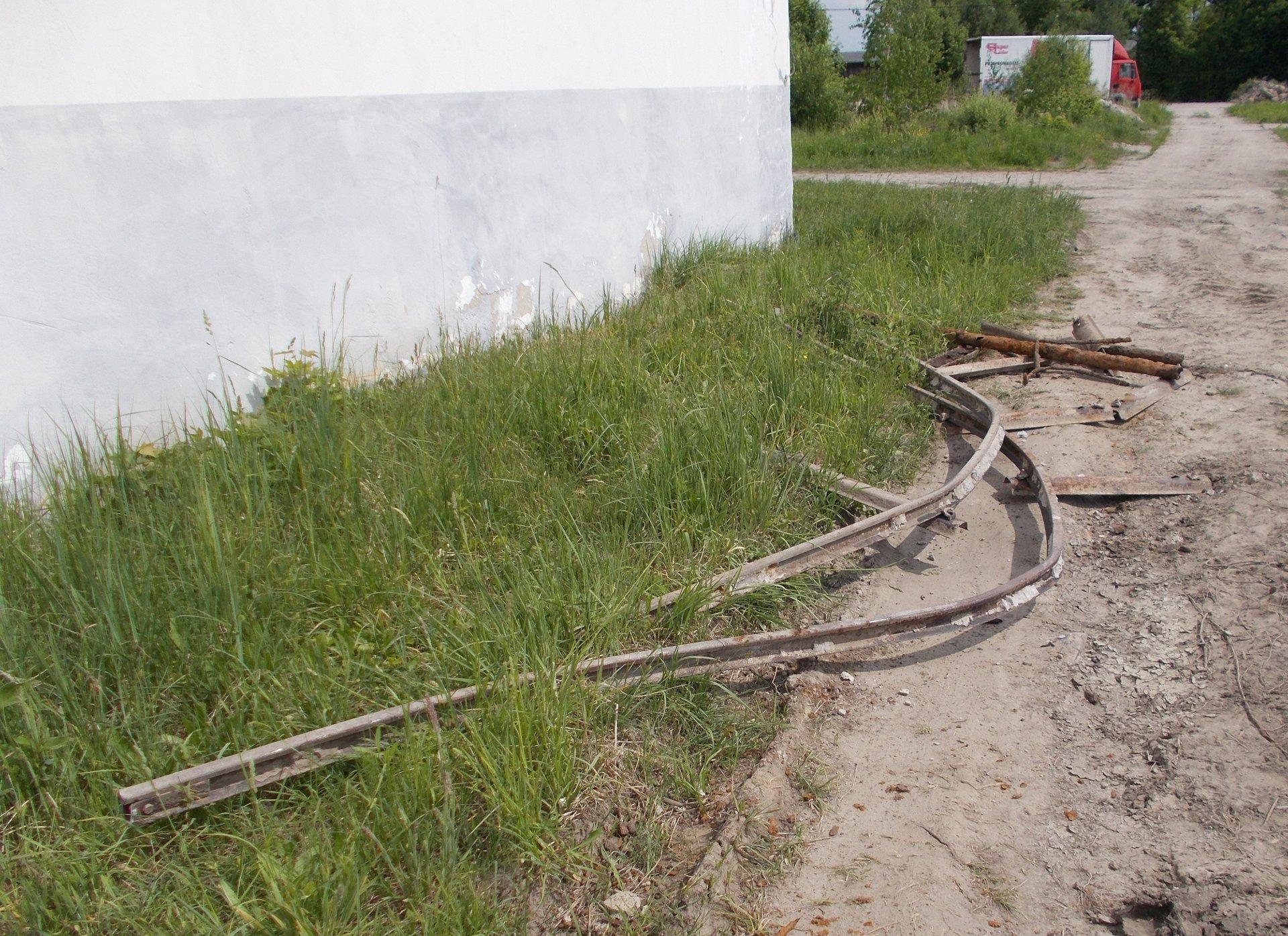 Dobre Miasto - Relikty szyn wąskotorowych na terenie byłego Zakładu Drzewnego.JPG