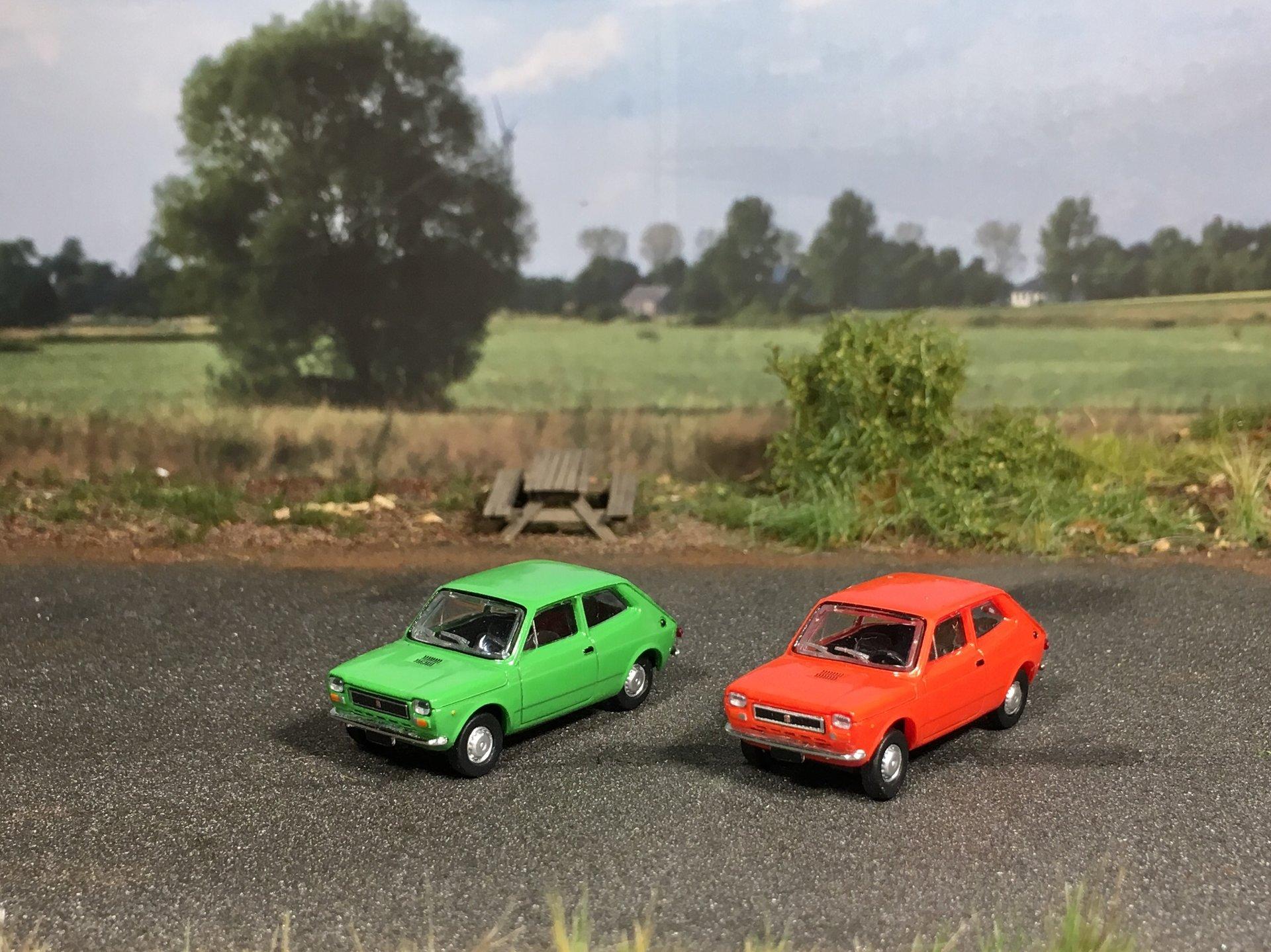 Fiat 127 zielony i czerwony 001.jpg