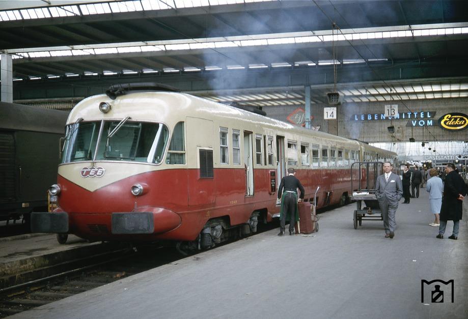 FS 442-448 als TEE 75 Mediolanum nach Mailand in München Hbf. (22.04.1966) Foto Mike Harper.jpg