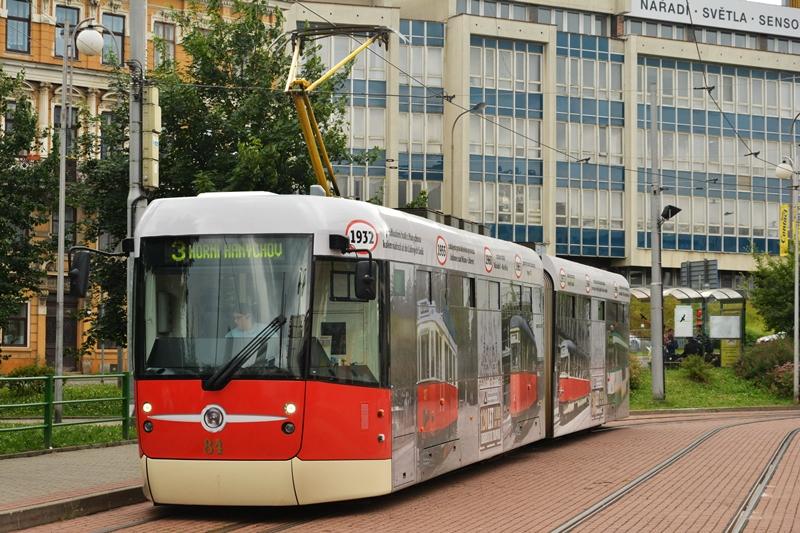 Jedyny EVO2 na przystanku Fugnerowa oklejony na 120 lat tramwajów w Libercu..JPG