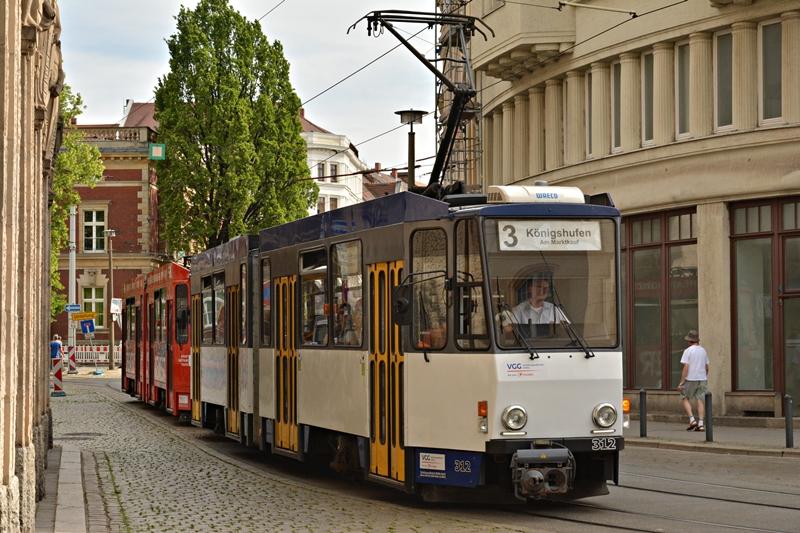 KT4D-312 i 317 wjeżdżają na centralny przystanek Postplatz..JPG