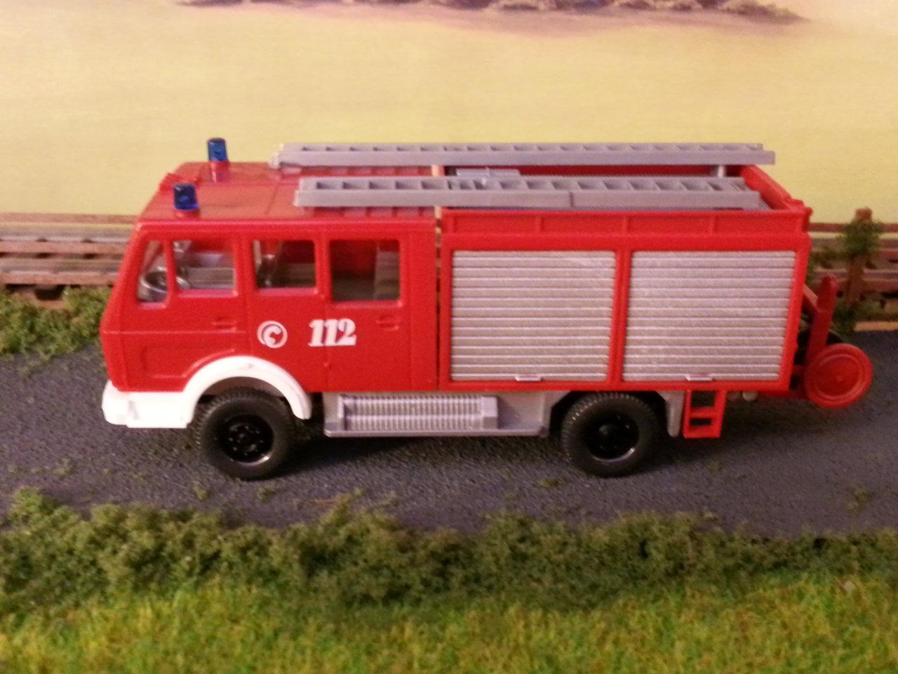 mercedes wóz strażacki z lewej.jpg