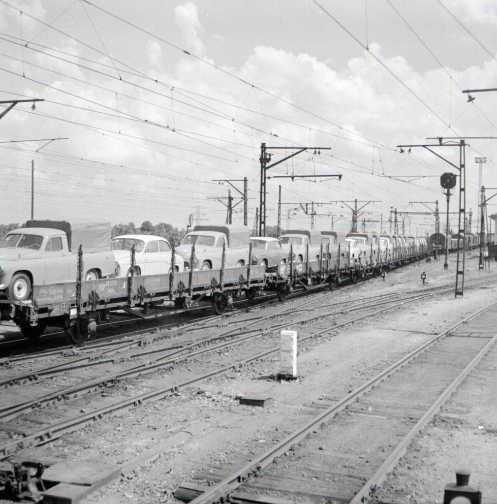 Neg. 1374 Pociąg z transportem samochodów.jpg