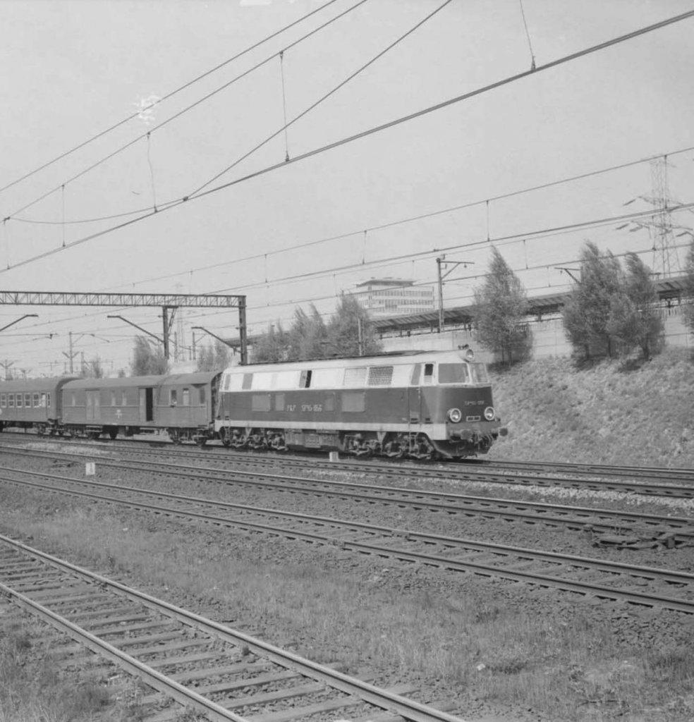 Neg. 218 _SP45-056 z pociągiem osobowym .jpg
