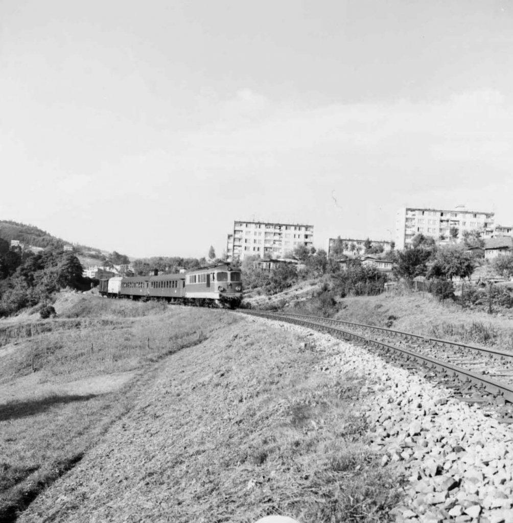 Neg. 738_6_ST43 z pociągiem mieszanym w okolicy Krynicy.jpg