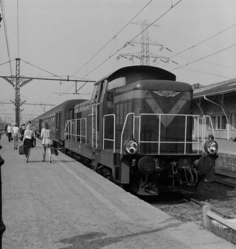 Neg. 987_SM42 z wagonami osobowymi na stacji Warszawa Główna.jpg