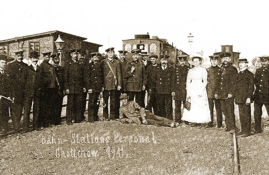 Personel-stacji-kolejowej-w-Choczewie-1911.jpg