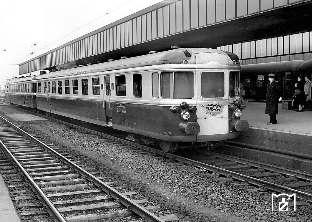 RGP 825 Triebwagen XR 7774 als TEE 155 Parsifal in Essen Hbf. (10.1957) Foto Willi Marotz.jpg