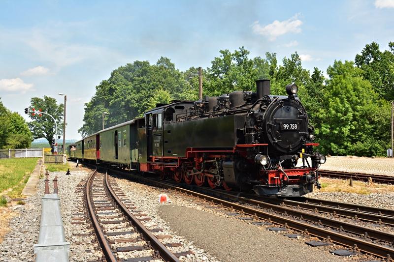 Rozkładowy z Zittau wjeżdża do Bertsdorf..JPG