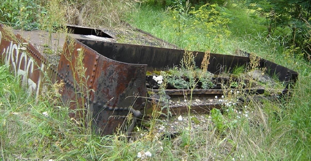 Stary tender - zbiornik na wodę. Piła - dworzec towarowy. Sierpień 2005 r..jpg