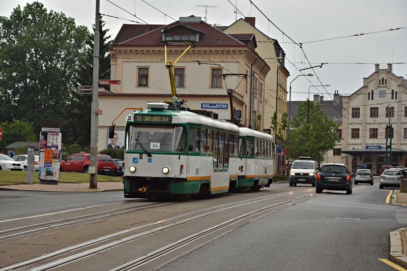 Tatra T3 na tle dworca w Libercu. Widoczny splot torów dwóch szerokości..JPG