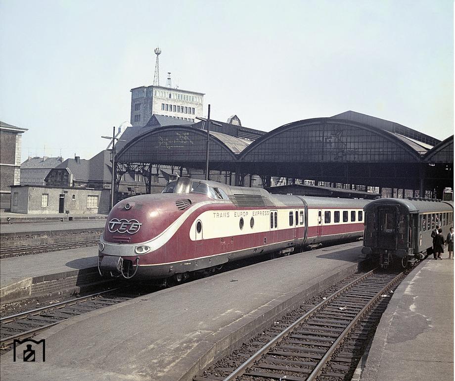 TEE 75 Saphir (Dortmund - Ostende) verlässt den Aachener Hbf. (24.04.1959) Foto Fischer.jpg
