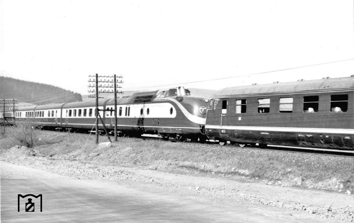 TEE 78 Helvetia, VT 11 5008 um VT 08 502 bei Eschwege West (01.05.1958) Foto Winfried Gronwald.jpg