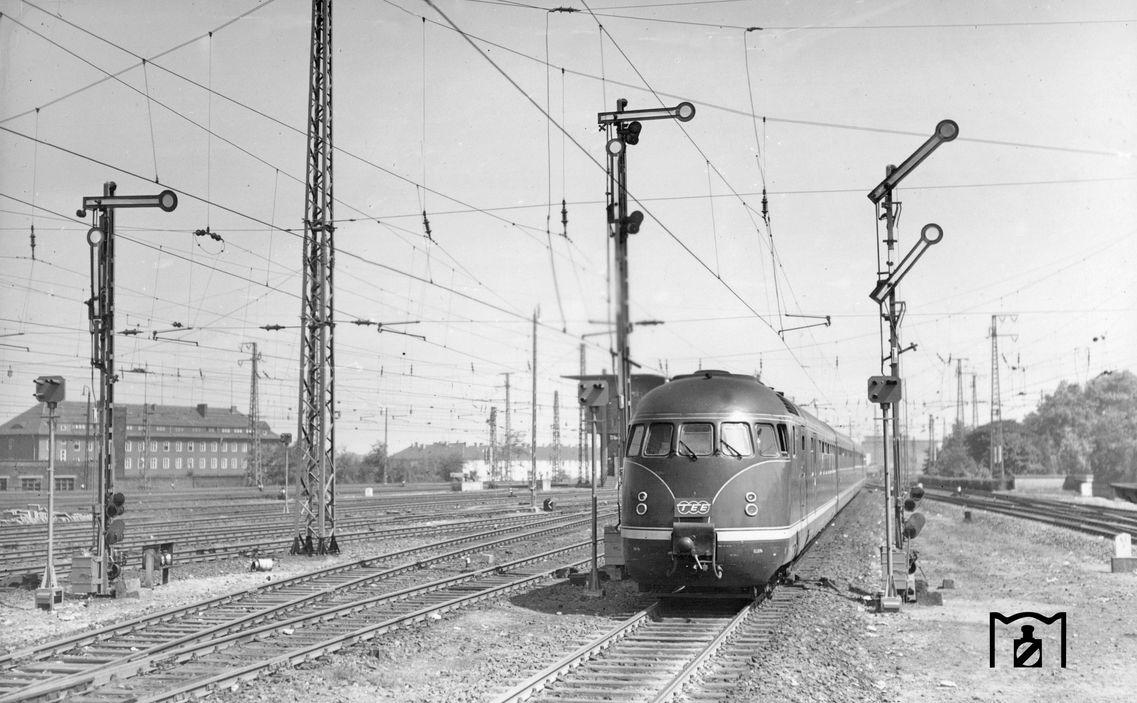 VT 08 514, TEE 31 Rhein-Main (Frankfurt - Amsterdam) 17.06.1957 Foto Carl Bellingrodt.jpg