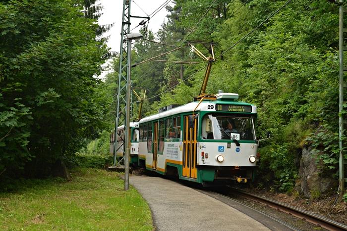 Wóz nr29 wyjeżdża z lasu w kierunku Liberca..JPG
