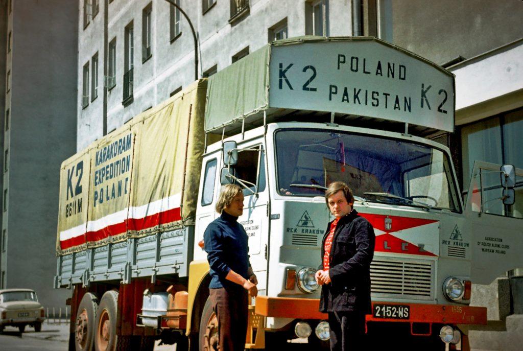 WARSZAWA 1976 Z Andrzejem Łapińskim przed wyruszeniem do Islamabadu stolicy Pakistanu ze spr...jpg