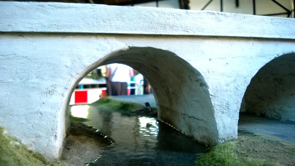 Wezbrana rzeka most.jpg