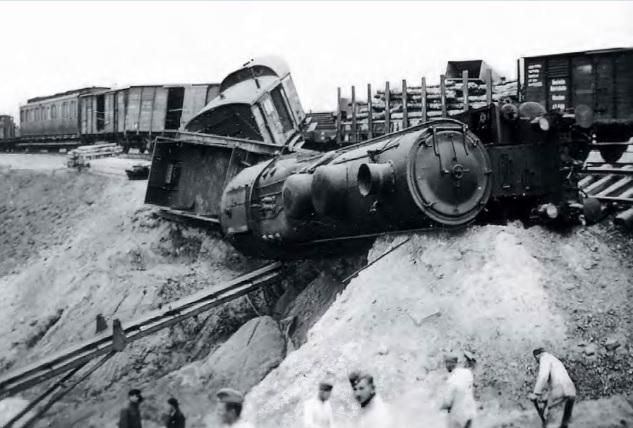 Wykolejony pociąg niemiecki z Ty23.jpg