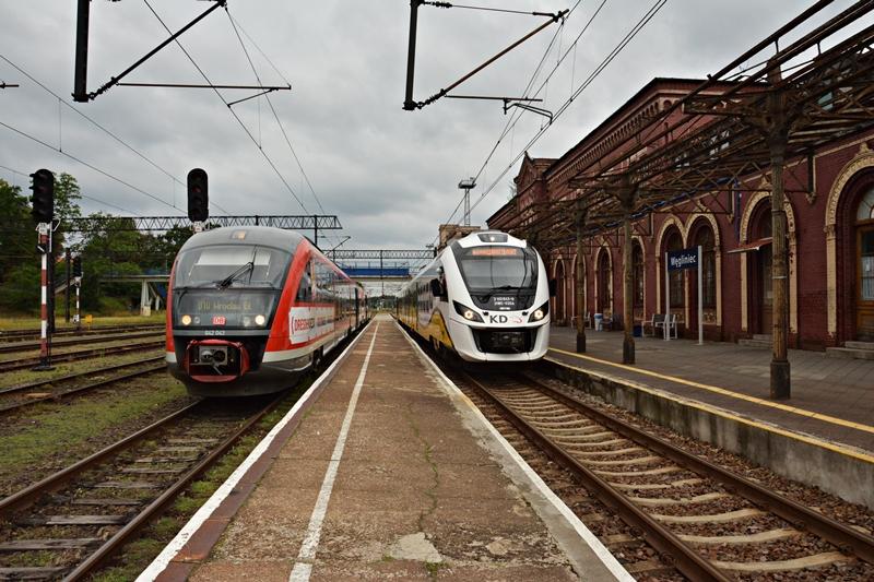 Z peronu-z lewej nasz pociąg relacji Drezno-Wrocław. Z prawej Newag 31WE do Lubania Śl..JPG