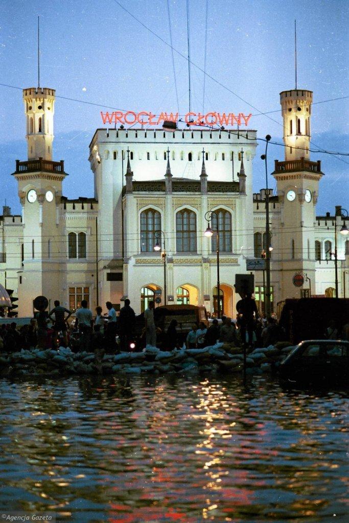 z17108520V,Wielka-woda-przy-dworcu-Wroclaw-Glowny.jpg