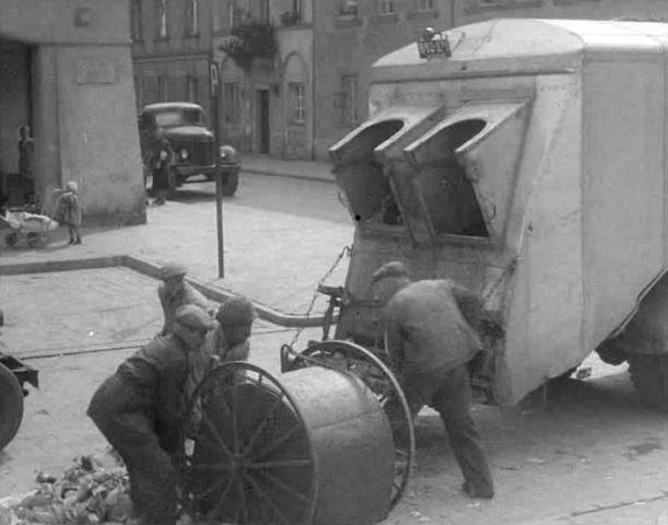 zzzzzzzzzRenault 208D Garbage truck 1948 rear close -Zis 150 also.jpg