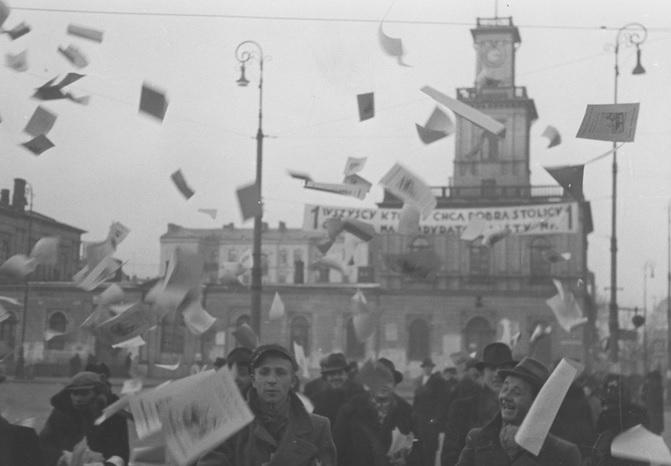 11. Rozrzucanie ulotek propagandowych na skrzyżowaniu ul. Marszałkowskiej i al. Jerozolimski...jpg